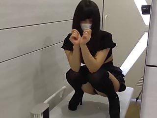 jeune japonaise docile baisee quatre pattes WC